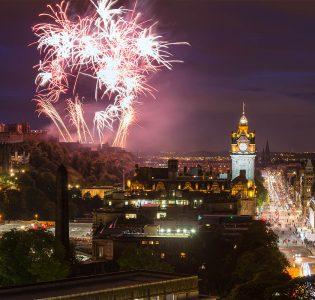 Stunning fireworks at hogmanay over Edinburgh city